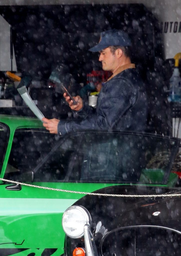 Sabemos que Orlando Bloom y Ellen DeGeneres comparten crush porque aquí vemos al actor tomando fotos de la ficha técnica del mismo coche hace unos días