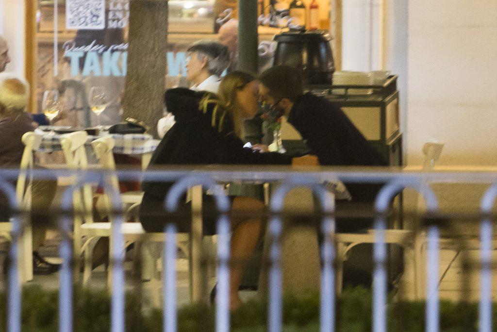 David Broncano y Paula Badosa se besan con mascarilla
