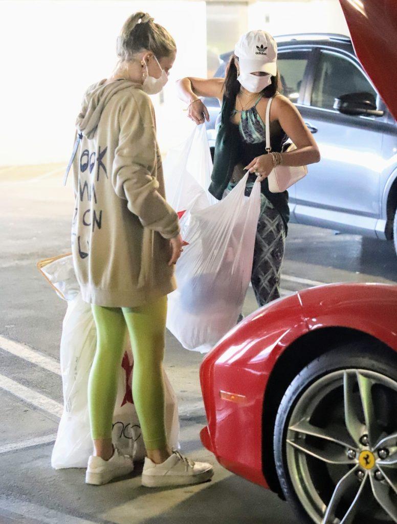 Vanessa Hudgens intenta cargar su Ferrari.