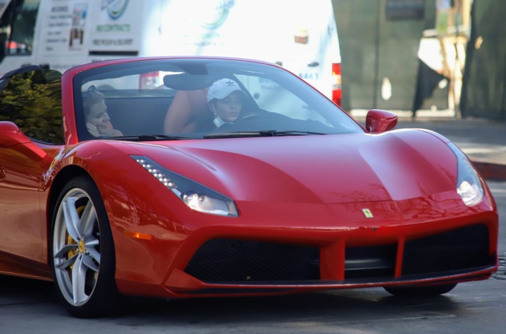 vanessa Hudgens y su Ferrari.