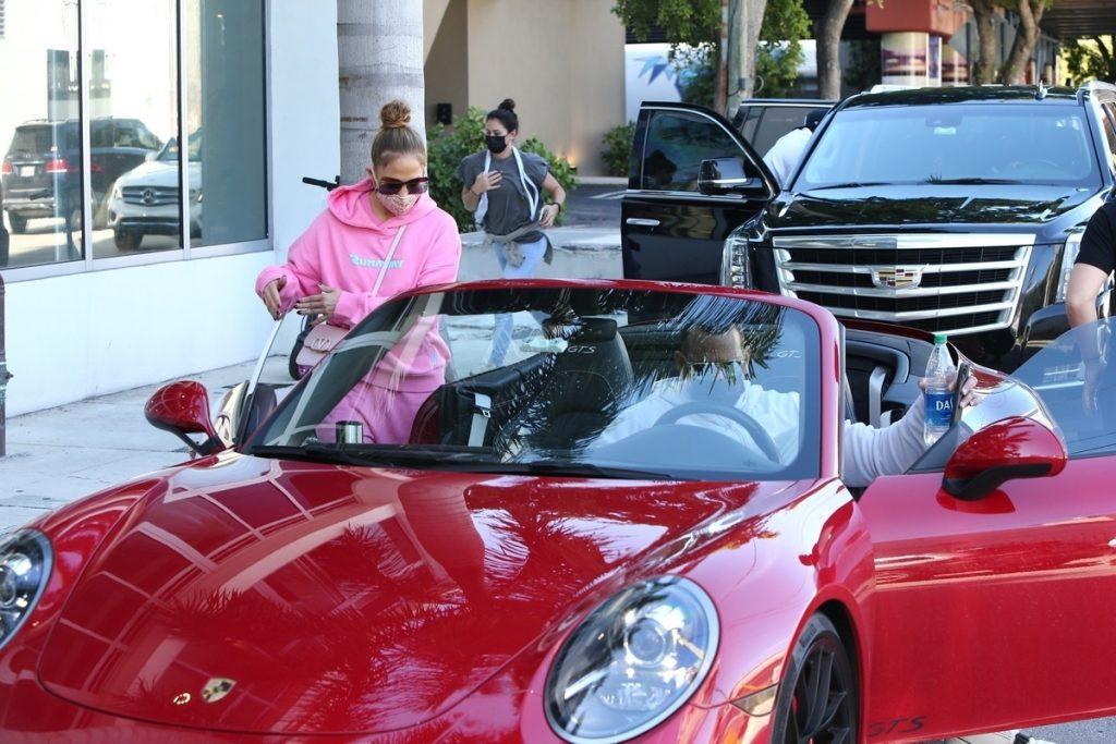 JLo y Alex Rodríguez en Porsche al gimnasio.
