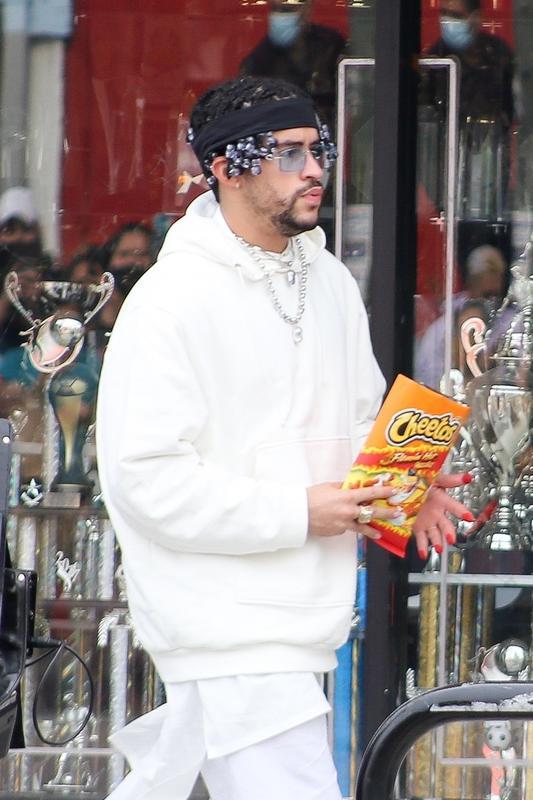 Bad Bunny, rodando un anuncio de Cheetos