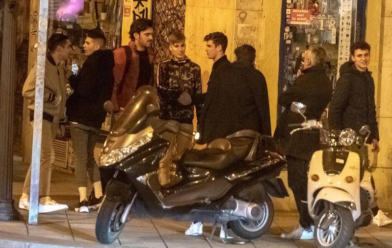 Varios actores de Élite de noche en la calle