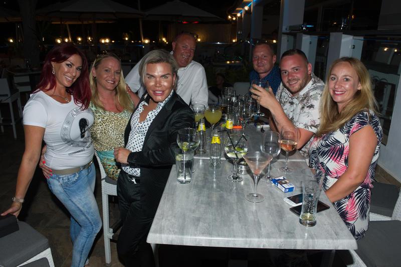 Roddy Alves en Puerto Banús con amigos