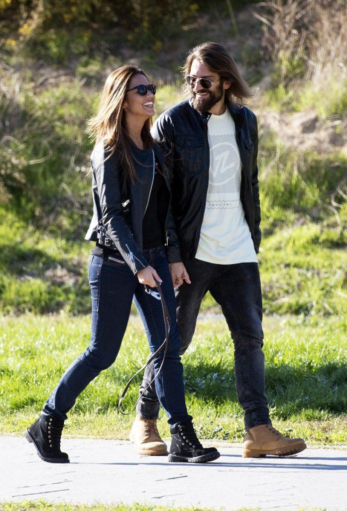 Lara Álvarez y Román Mosteiro paseando.