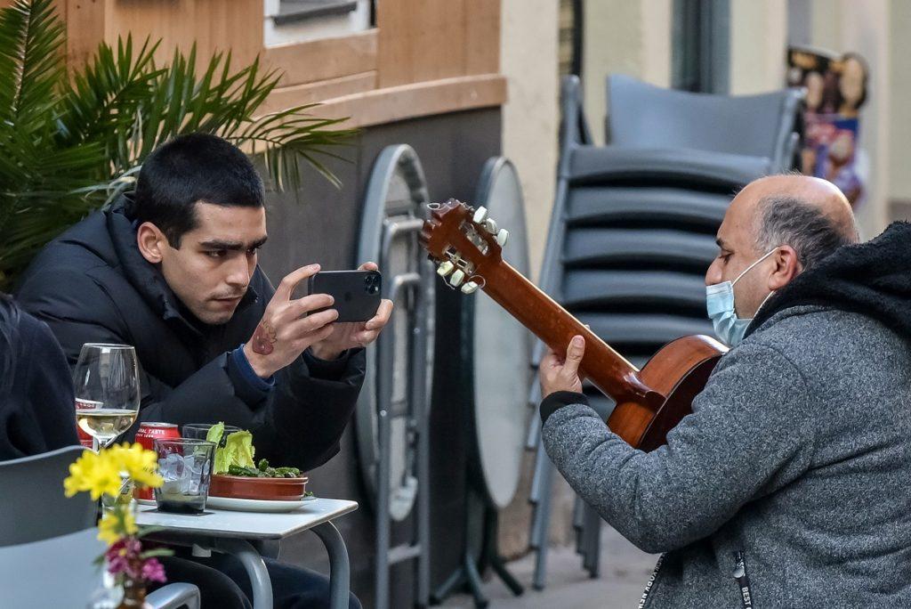 Omar Ayuso graba un concierto callejero.