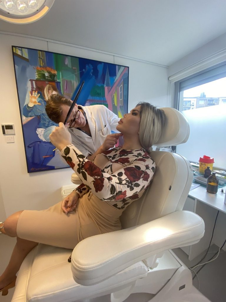 Jessica Alves visita al cirujano