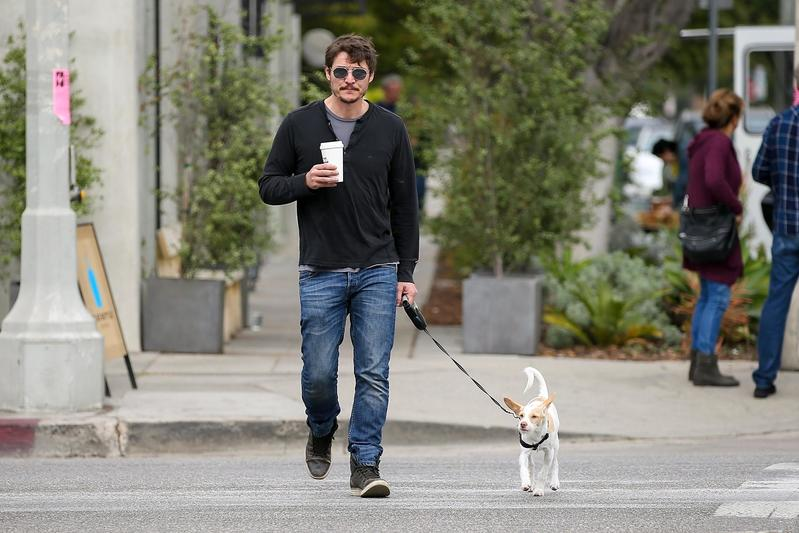Pedro Pascal pasea con su perro Edgar
