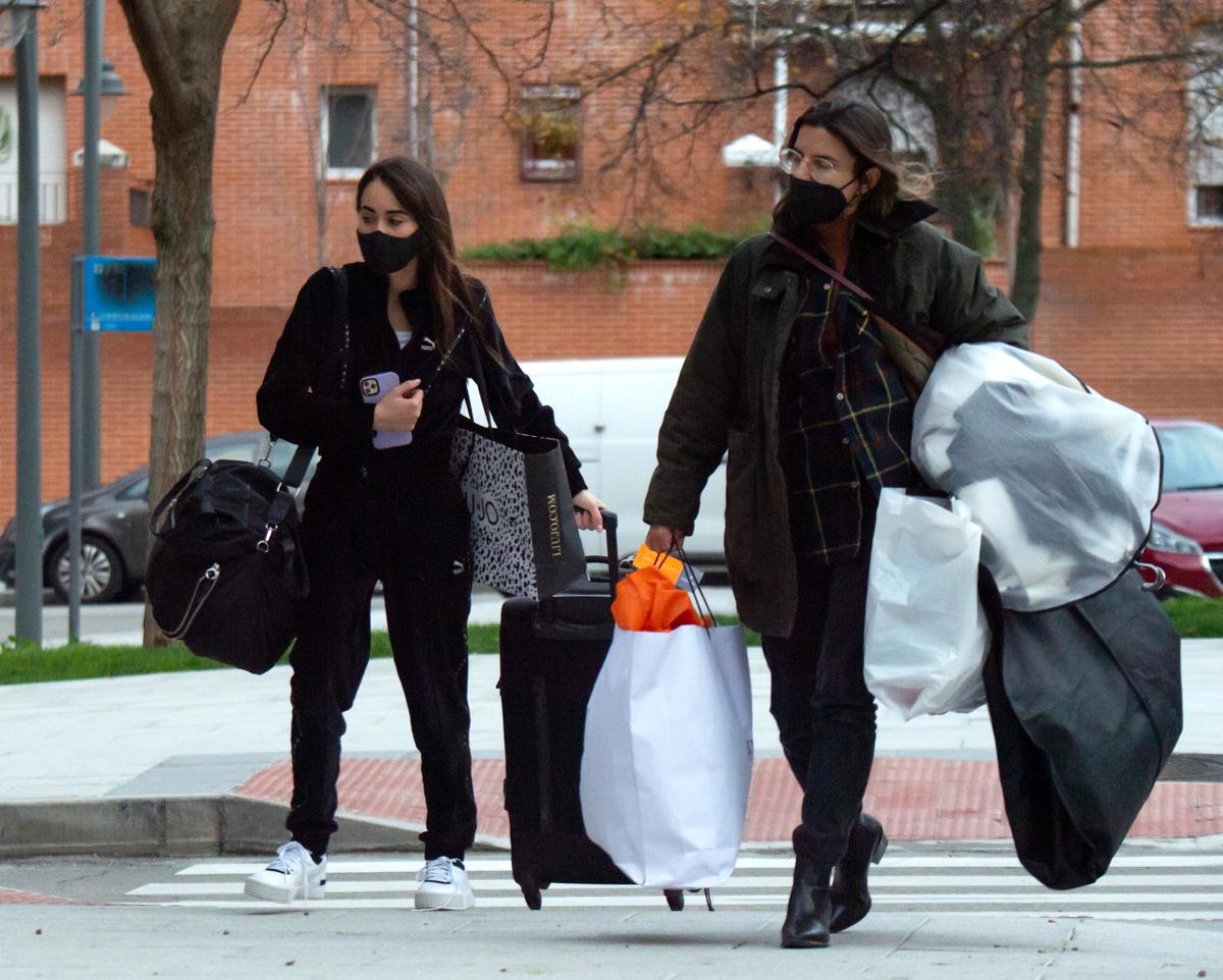 Aitana Ocaña, con maletas y una amiga