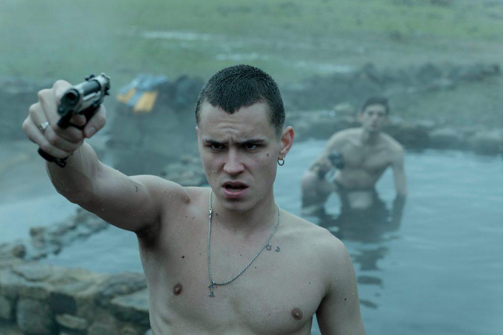 Fotograma de El desorden que dejas, con Arón Piper empuñando una pistola
