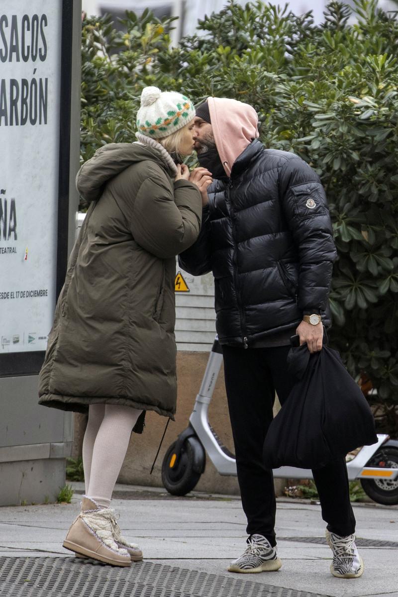 Los besos de Adriana Abenia y Sergio Abad demuestran lo enamorados que están