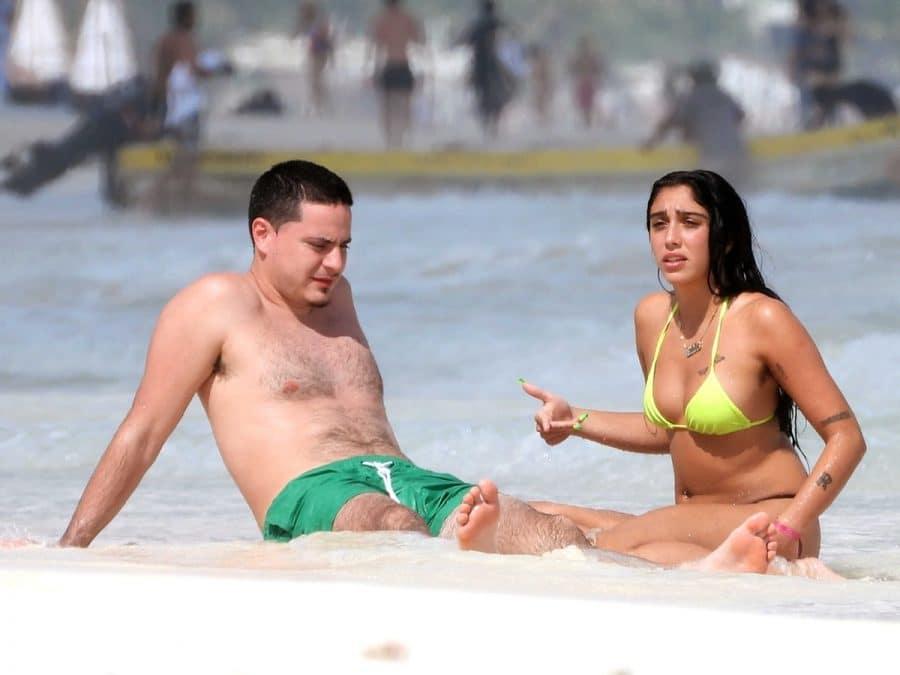 Lourdes León y su novio en la playa