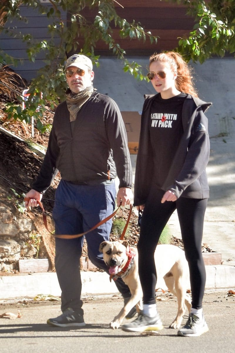 Jon Hamm paseando con su perro y su novia, Anna Osceola