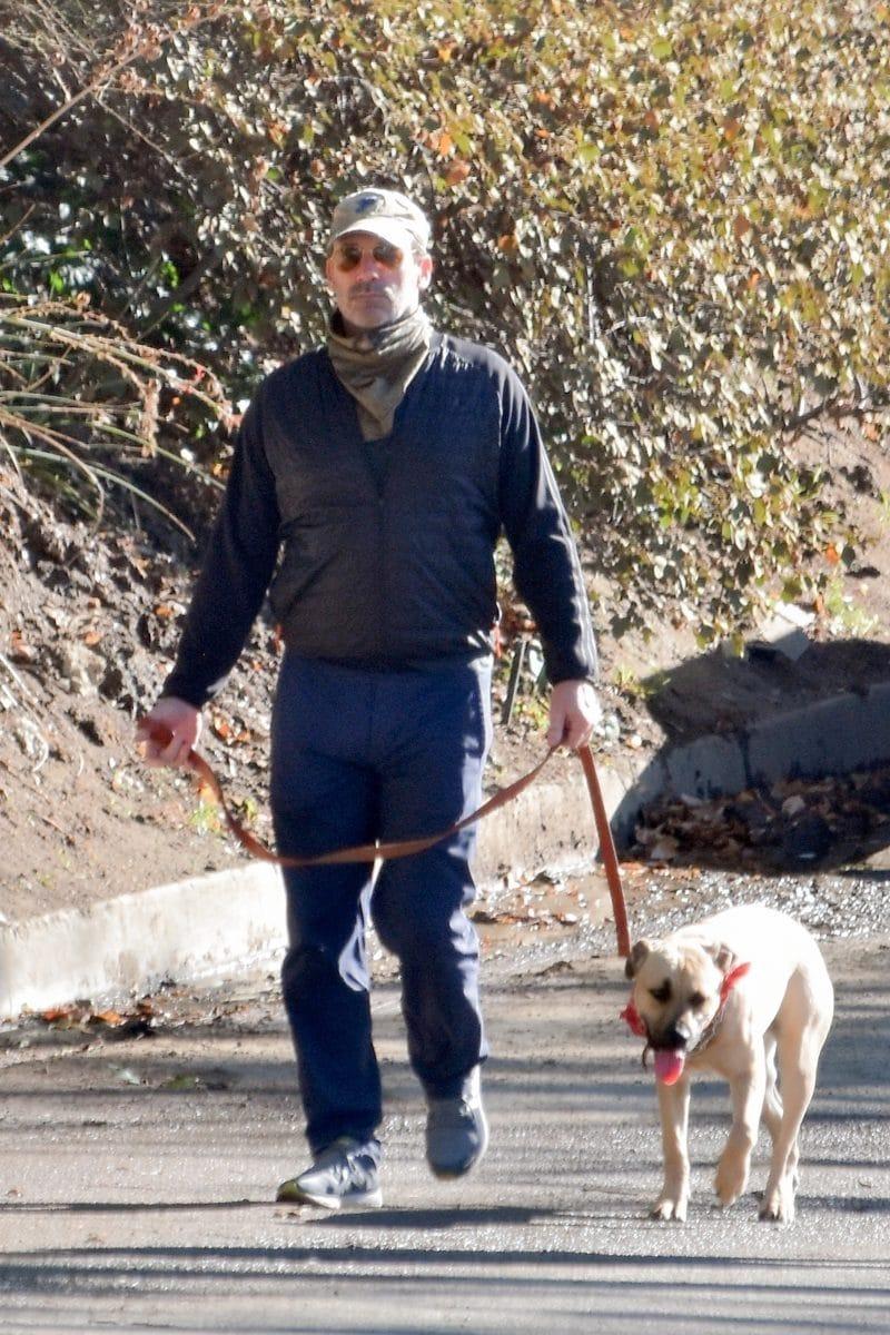 Jon Hamm pasea con su perro