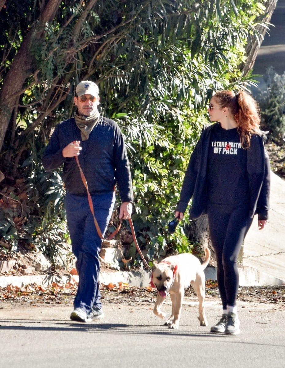Jon Hamm con su novia y su mascota