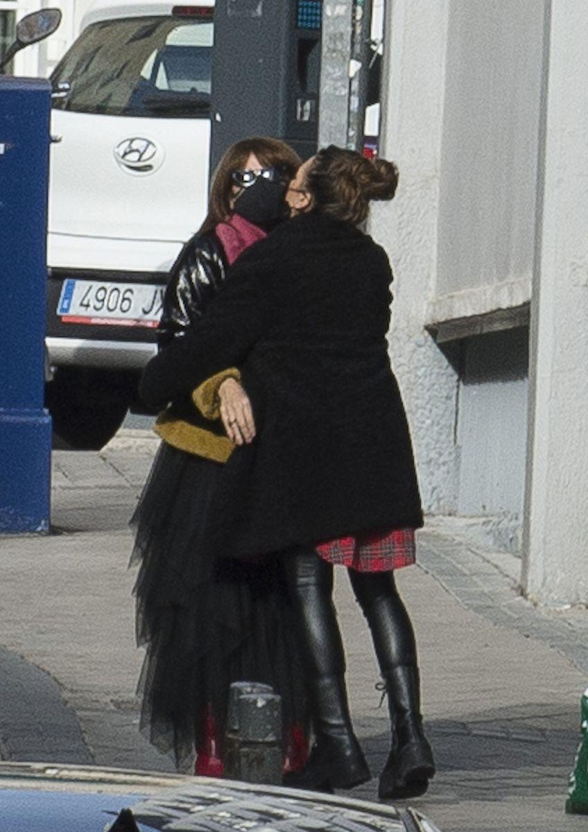 Laura se despide de Lola, la madre de Pablo López