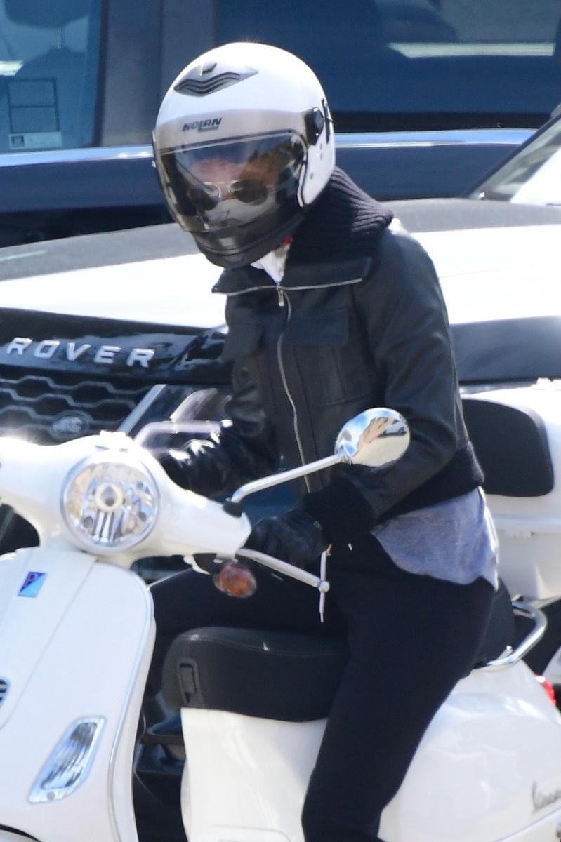 Gwyneth Paltrow sobre su scooter