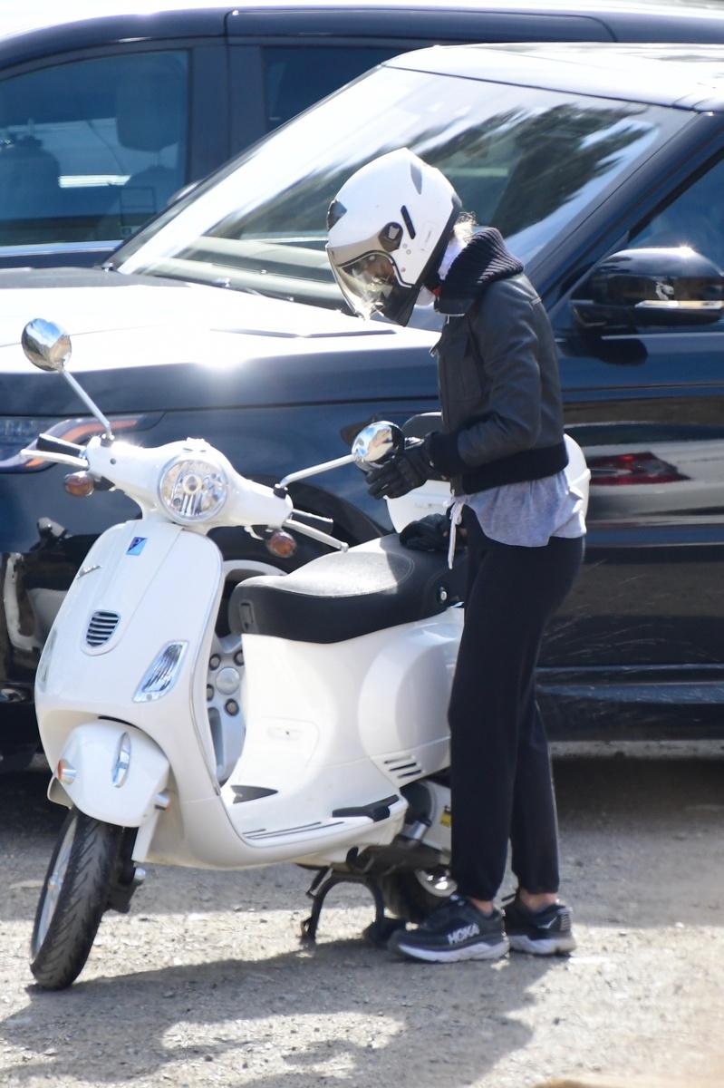 Gwyneth Paltrow se prepara para subir a su moto