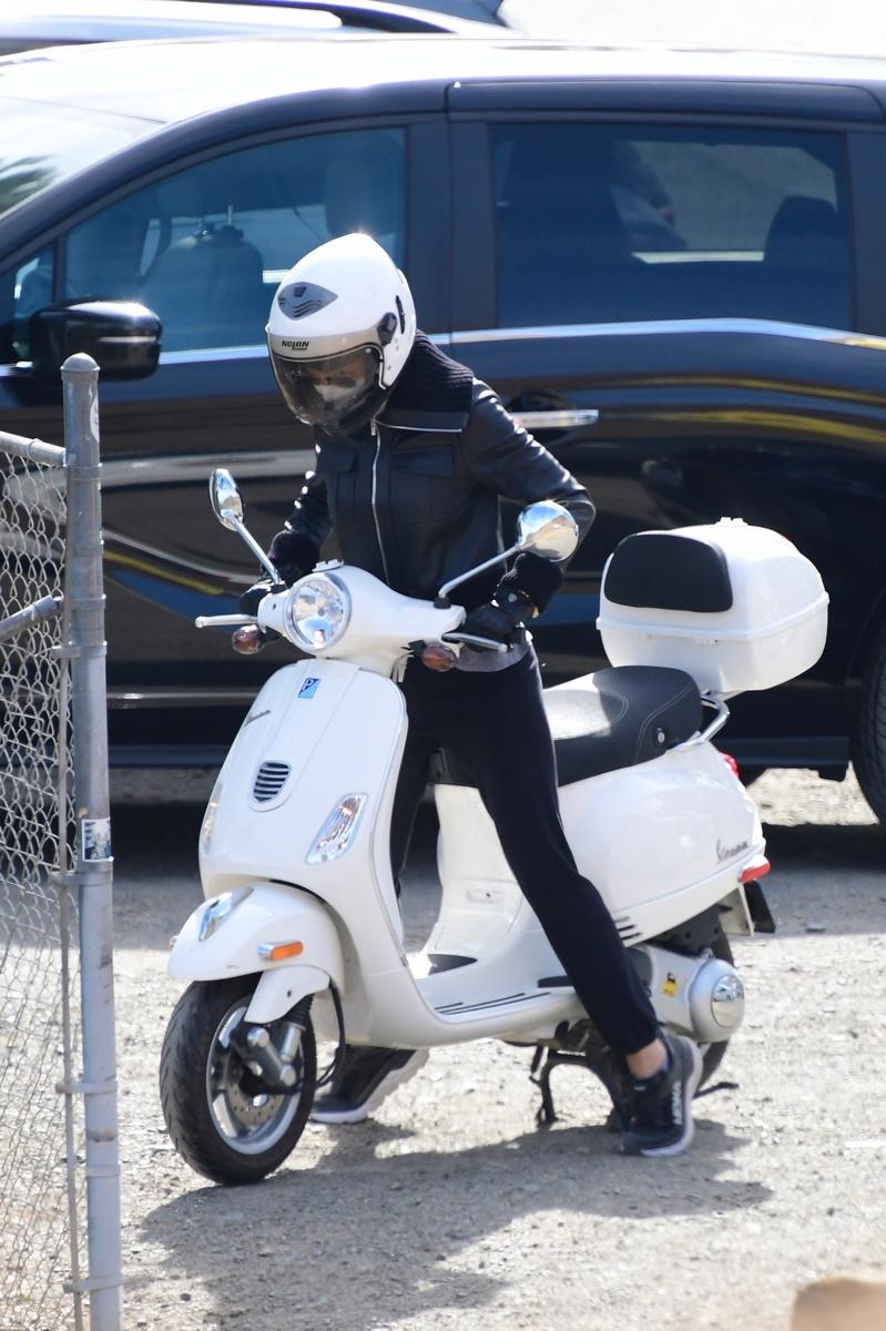 La última rareza de Gwyneth Paltrow es desplazarse solita con una scooter por California.