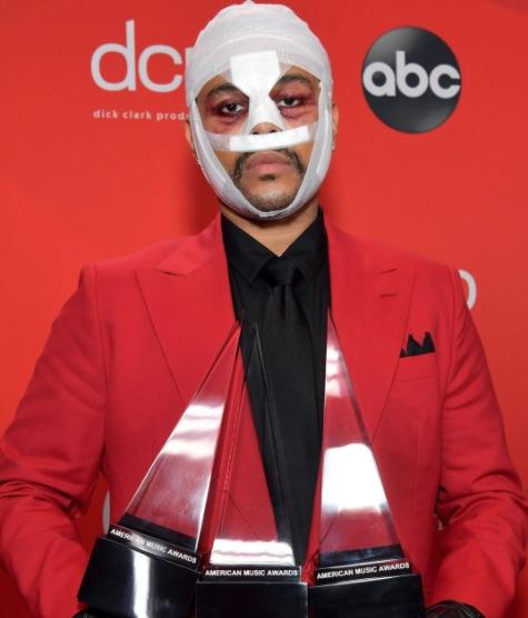 The Weeknd recogiendo los American Music Awards con el rostro aparentemente operado