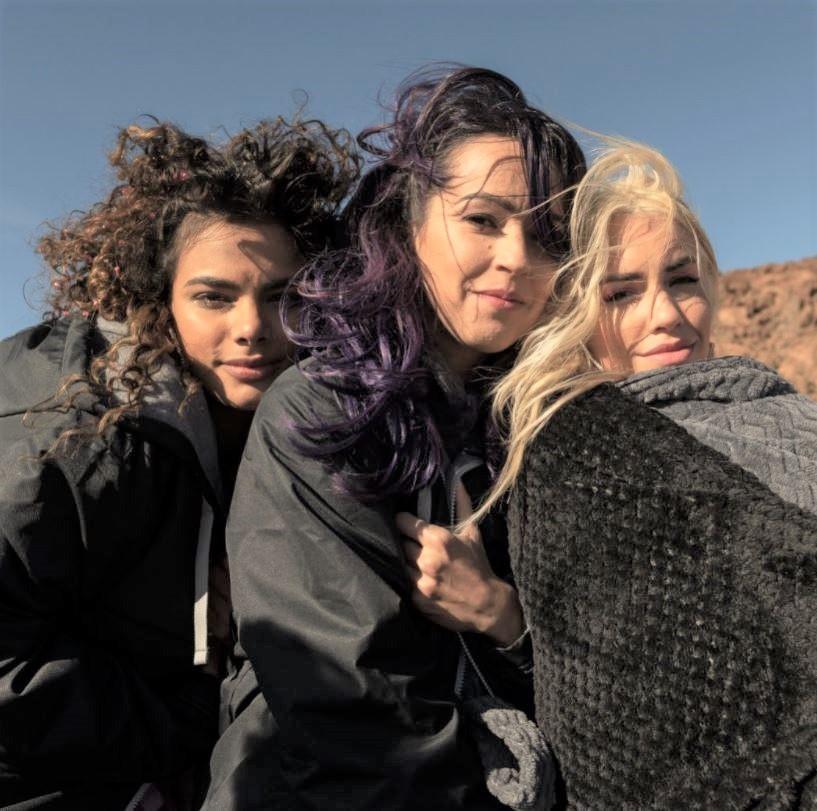 Las actrices de Sky rojo con Lali Exposito y Verónica Sánchez.