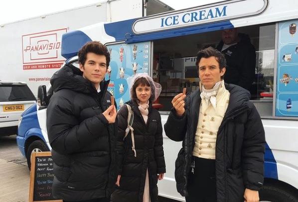 Tres de los protagonistas de Los Bridgerton, en un descanso del rodaje