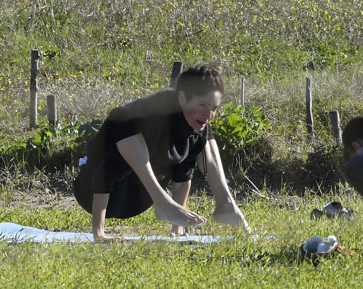 Eugenia Silva hace yoga