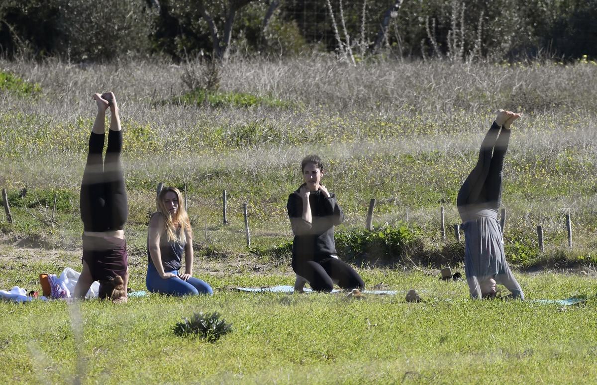 Eugenia Silva hace yoga con amigas