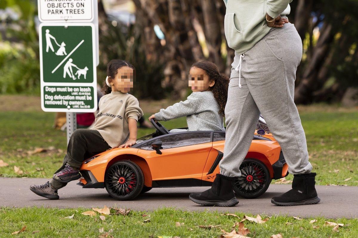 Los hijos de Kim Kardashian y su sobrina, jugando