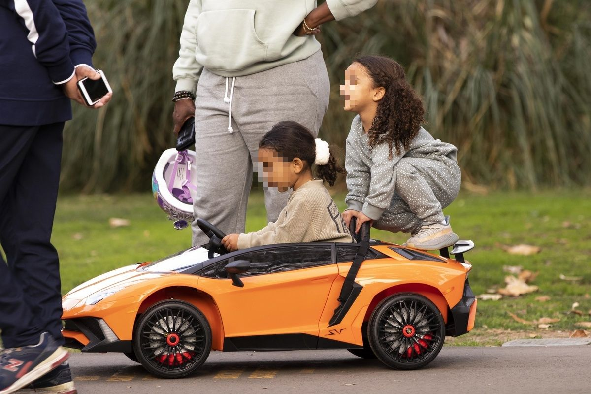 La hija y la sobrina de Kim Kardashian juegan sobre un Lamborghini de juguete