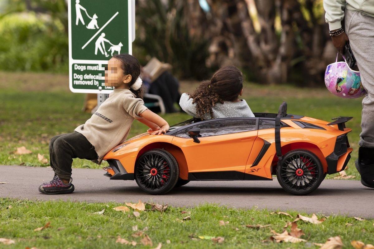 La hija y la sobrina de Kim Kardashian juegan con un coche