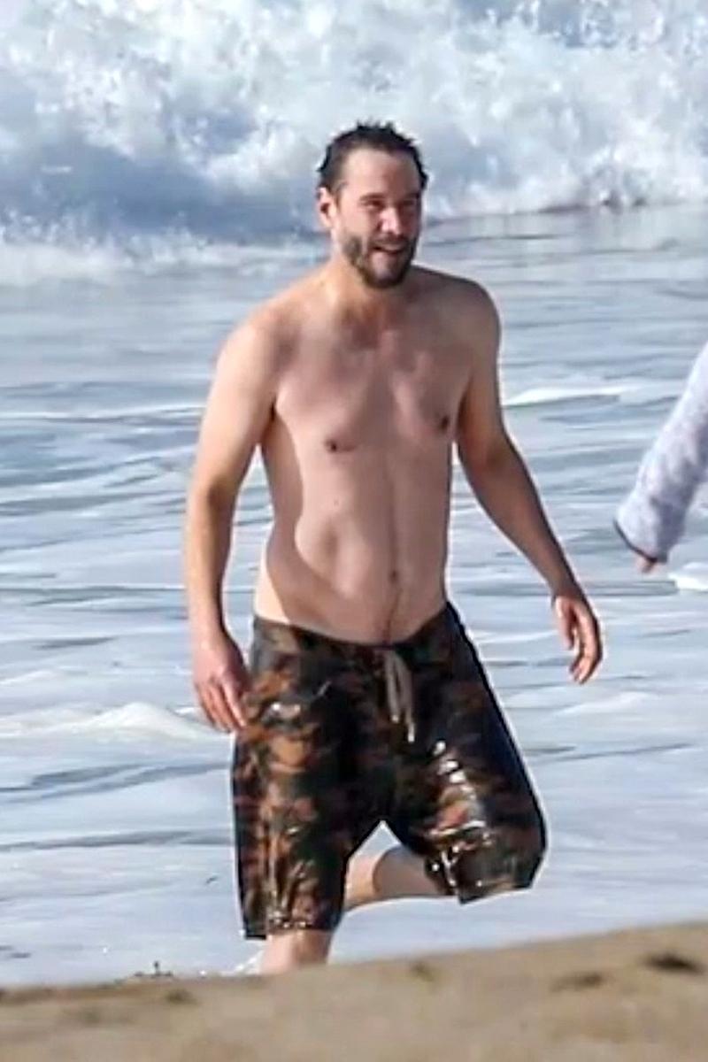Keanu Reeves en la playa