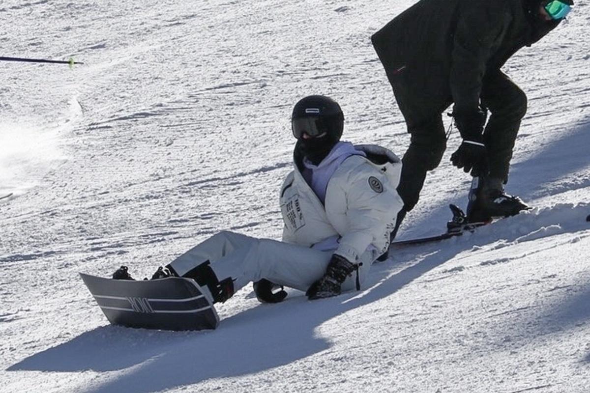 Kendall Jenner hace snow con una tabla de Dior.