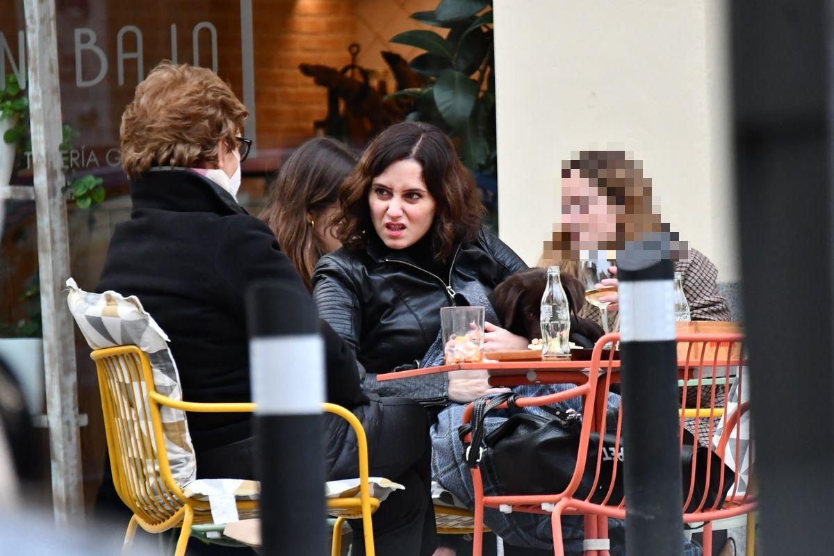Isabel Díaz Ayuso en una terraza madrileña