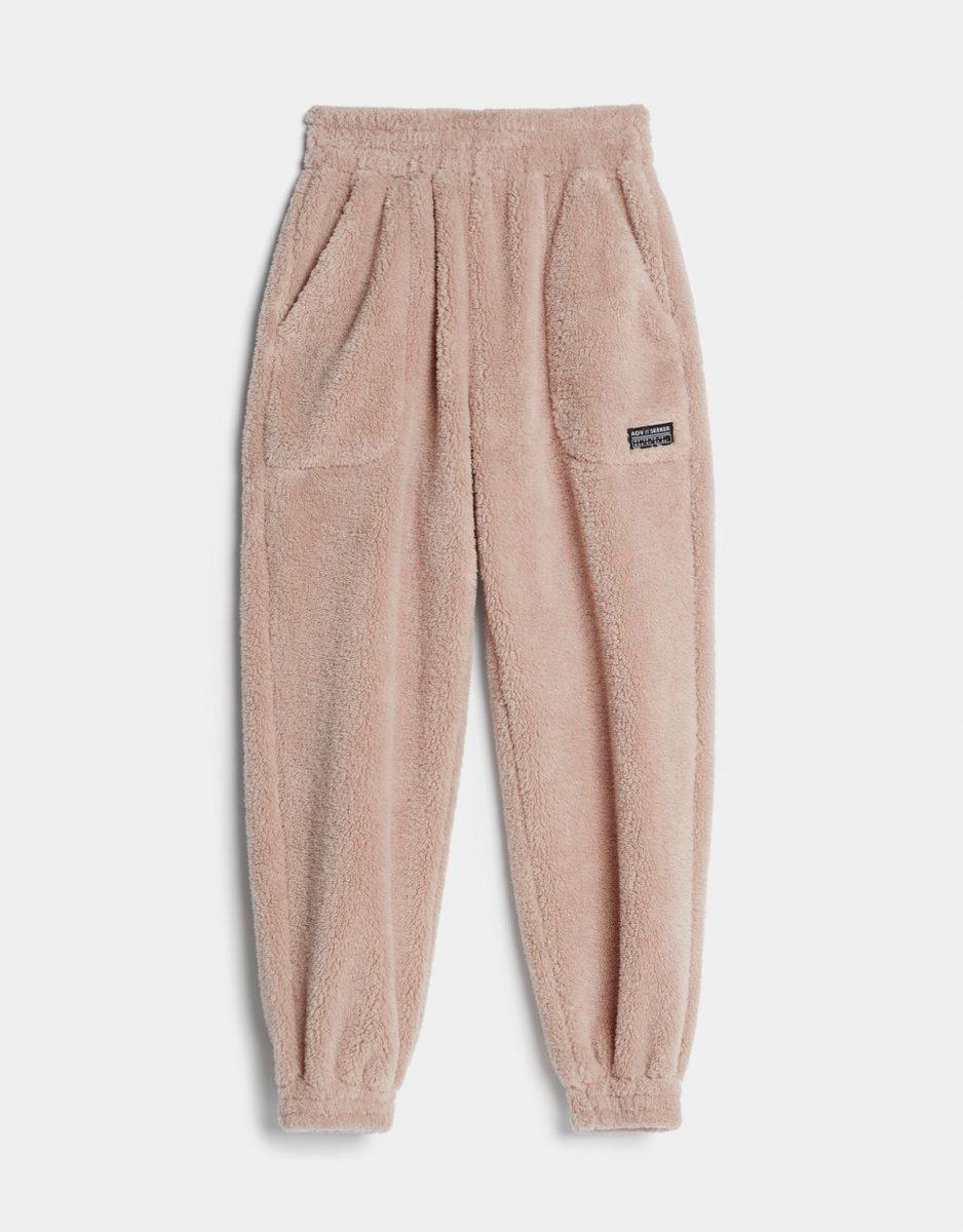 Pantalones de peluche de Bershka.