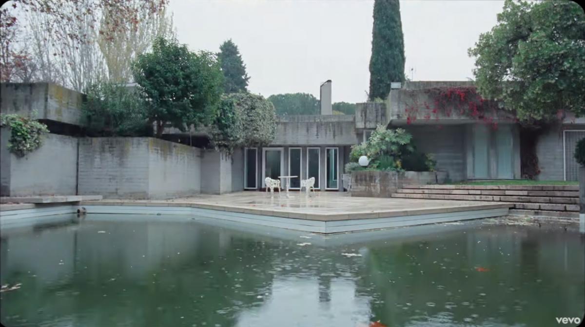 La casa vacía es un símbolo muy potente en el significado del nuevo clip de C Tangana