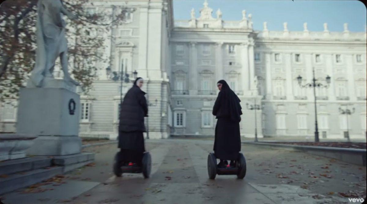En el significado del clip de C Tangana las monjas en segway nos remiten a Almodóvar