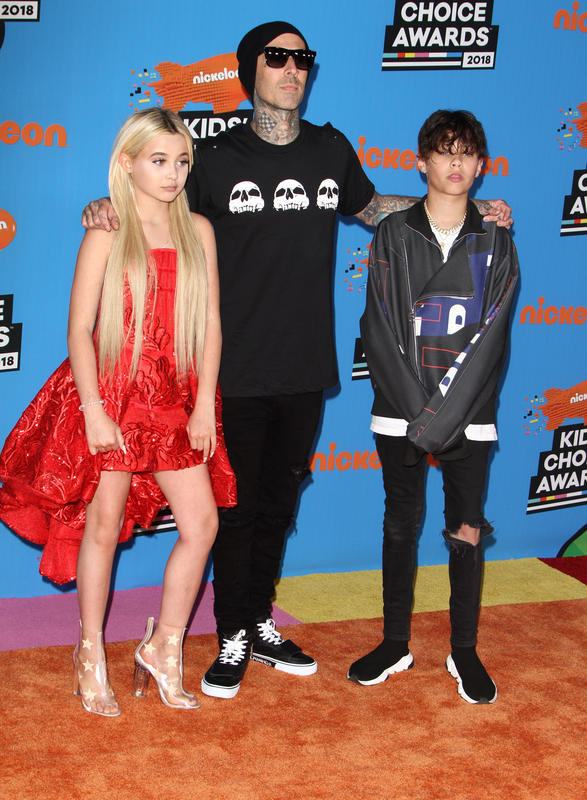Travis Barker con sus hijos.