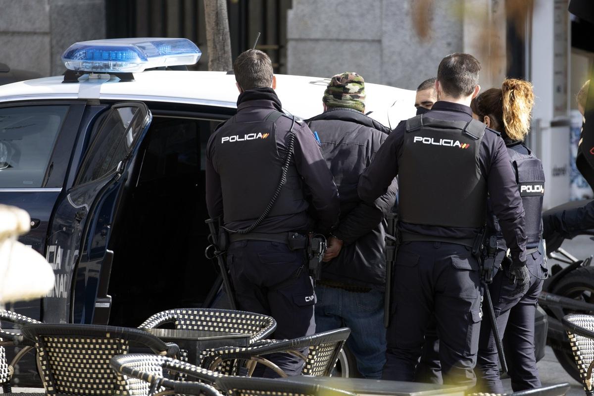 Detención en presencia de Ana Guerra.
