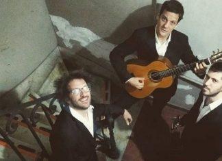 Mira a Rodrigo de la Serna y su grupo YOTIVENCO Palermo canta y toca la guitarra