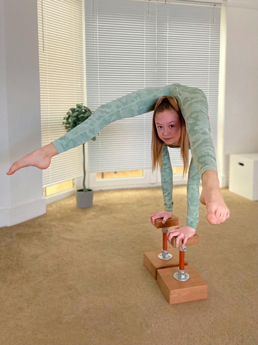 Roxy Kobyliukh la niña contorsionista que hace todo de cabeza
