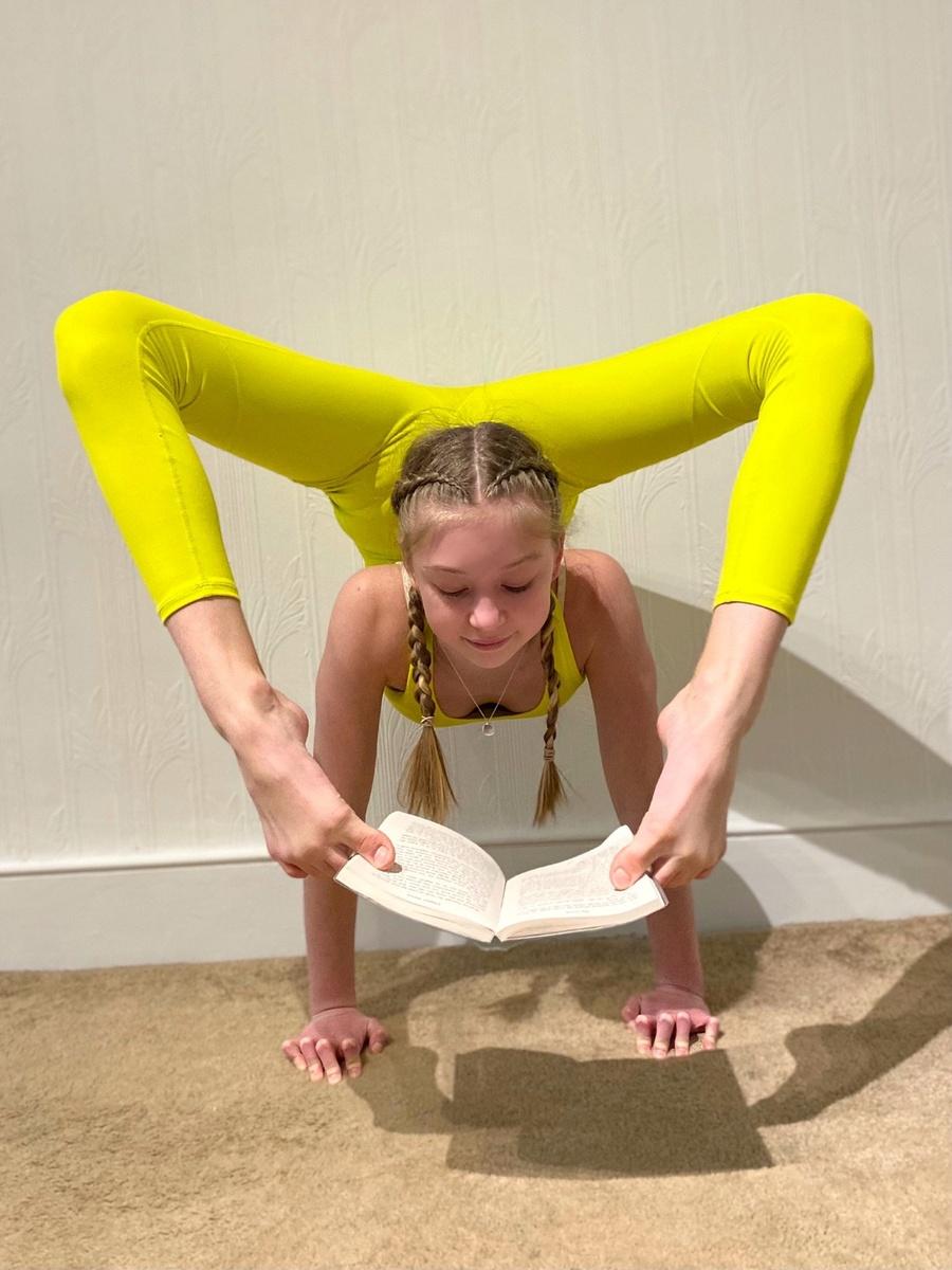 Roxy Kobyliukh la niña contorsionista super flexible
