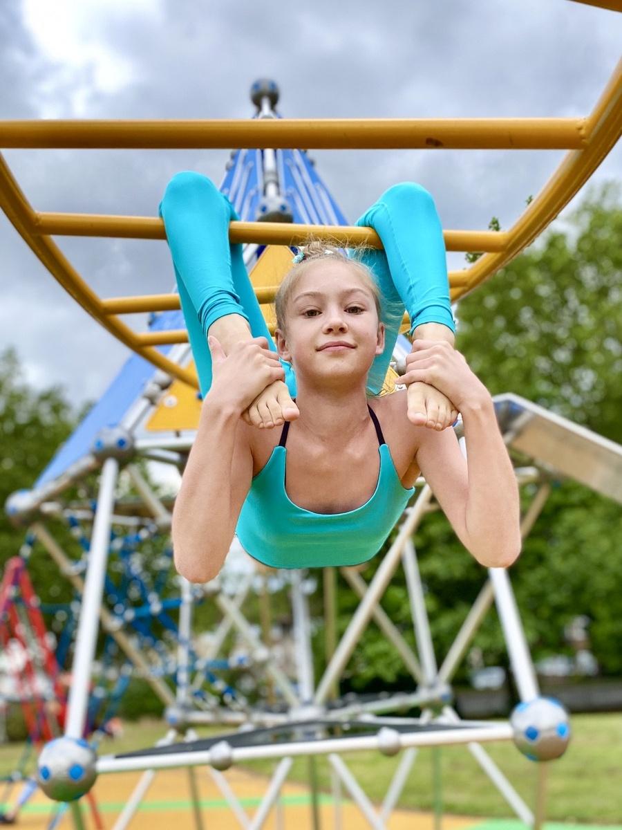 Roxy Kobyliukh la niña contorsionista jugando en los columpios