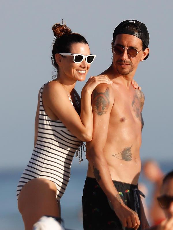 Arancha Morales con Marron en la playa