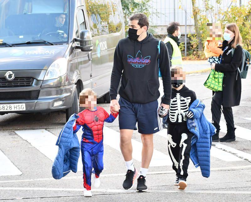 Casillas lleva a los niños al colegio en medio de rumores de separación de Iker y Sara