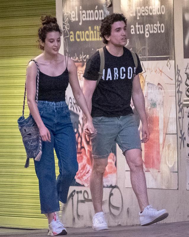 María Pedraza y Jaime Lorente, paseando por Madrid cuando eran pareja.
