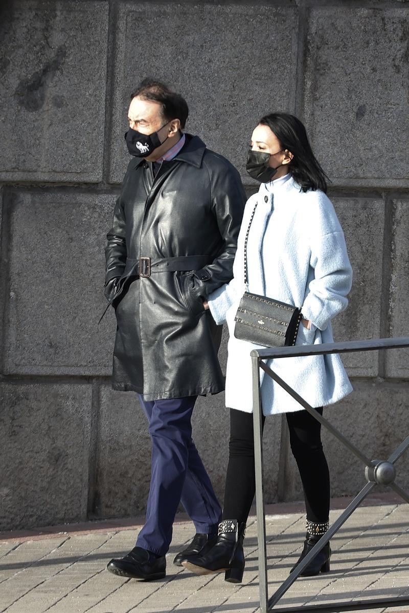 El pelo de Pedro Jota, que pasea con su mujer, le jugó varias malas pasadas
