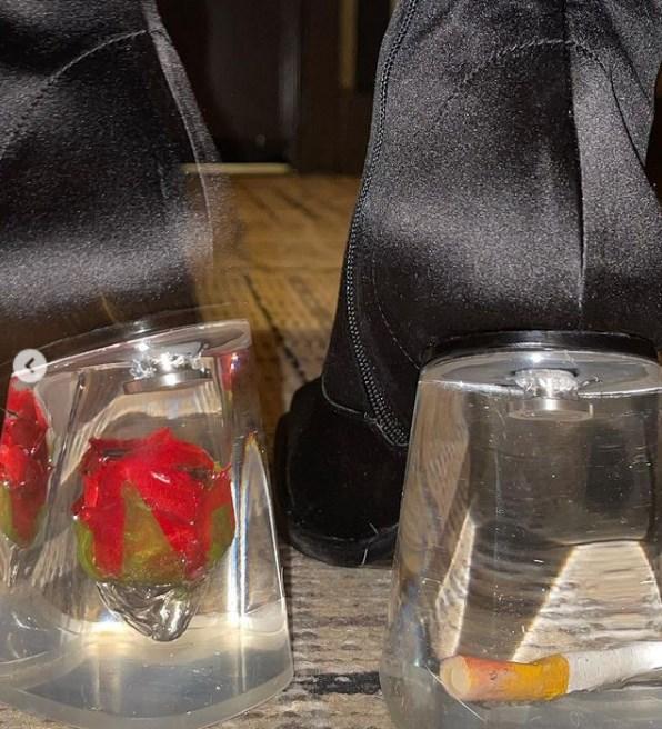 Botines de Rosalía de 1270 euros con un cigarrillo y una rosa