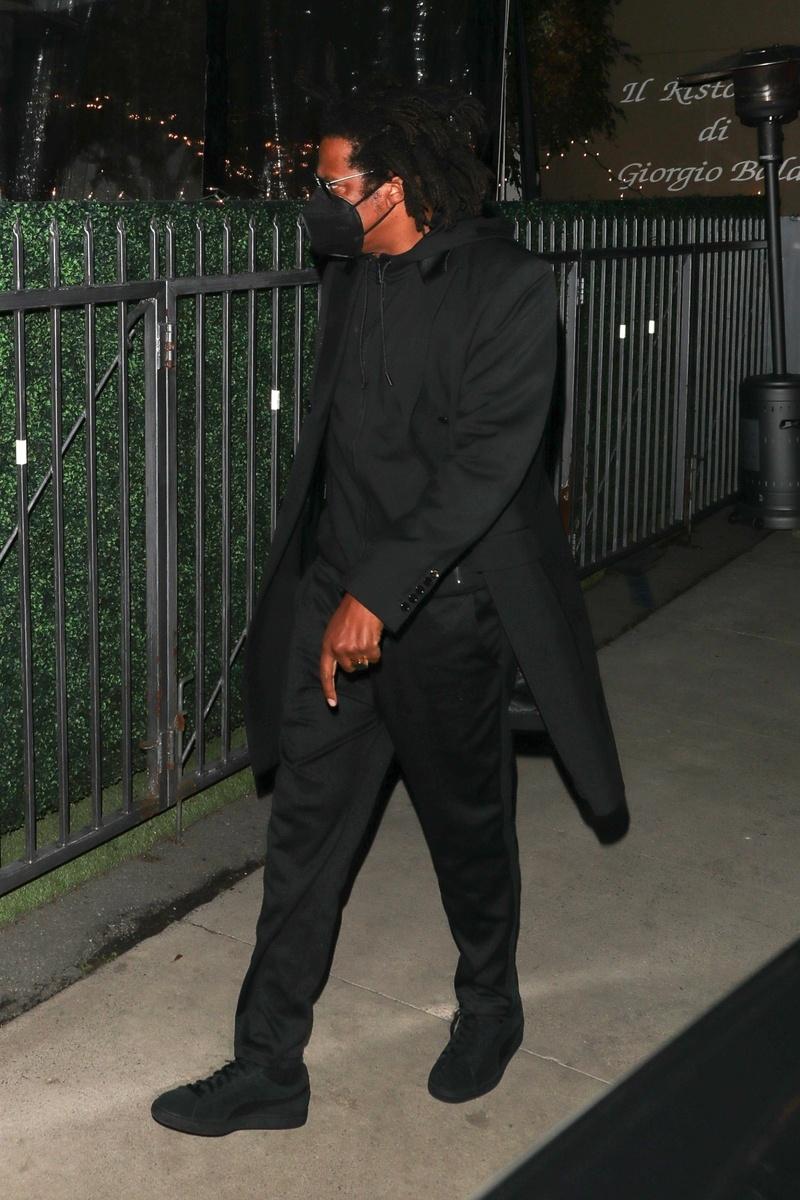 Jay Z, de negro y con mascarilla.