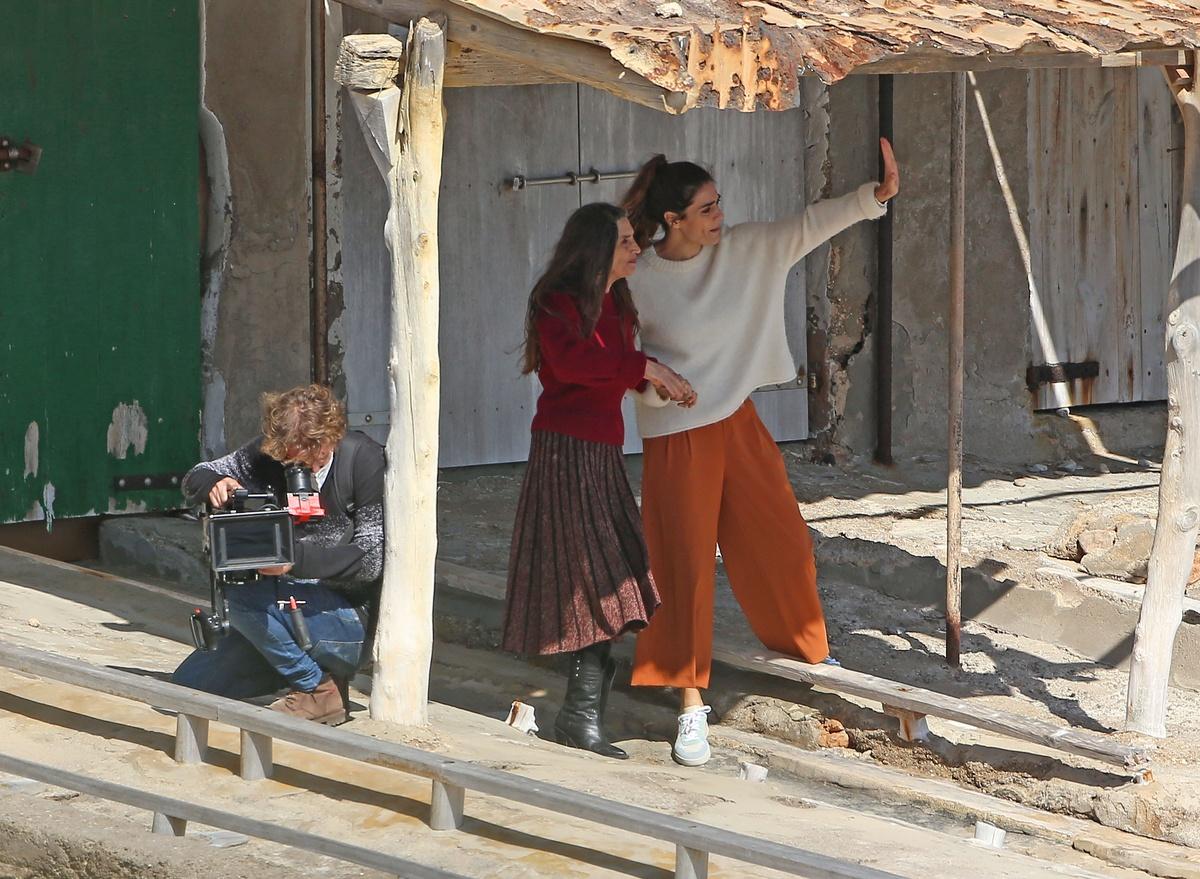 Olivia y Ángela Molina juntas con un cámara